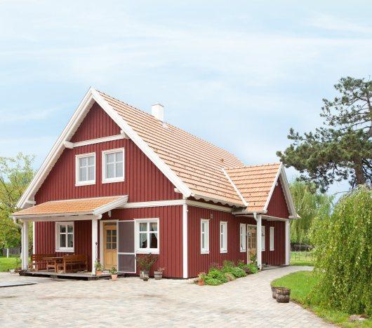Jahrhunderte alte Techniken und Know-how aus dem nordischen Niedrigenergiehausbau. Ein Kreiseder Naturmaßhaus™, realisiert als Wohntraum inSchwedenrot.