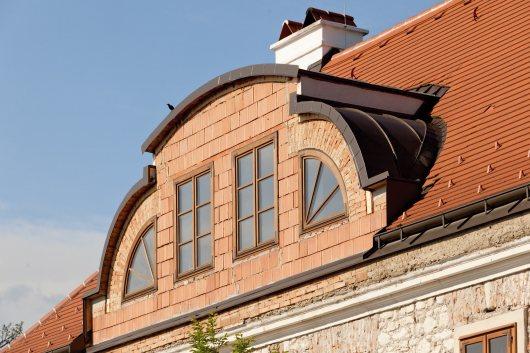 Gerade im Dachgeschoßausbau muss alte Bausubstanz mit neuen Werkstoffen behutsam und gekonnt verbunden werden, um Bauschäden vorzubeugen.