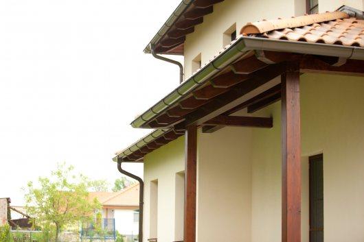 Dach im italienisch-toskanischen Stil: Mehrere kleine bis große Walmdächer in verschiedenen Ebenen; Dachverglasung für die Belichtung der dahinter liegenden Wohnräume mit den von außen typischen Walmdächern kombiniert